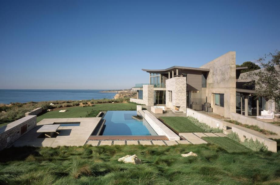 The Altamira Residence, in Palos Verdes, California, designed and built by Marmol Radziner. Photo courtesy of Benny Chan/Fotoworks